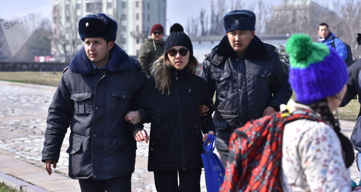 Сотрудники милиции задерживают участников марша феминисток на площади Победы в Бишкеке