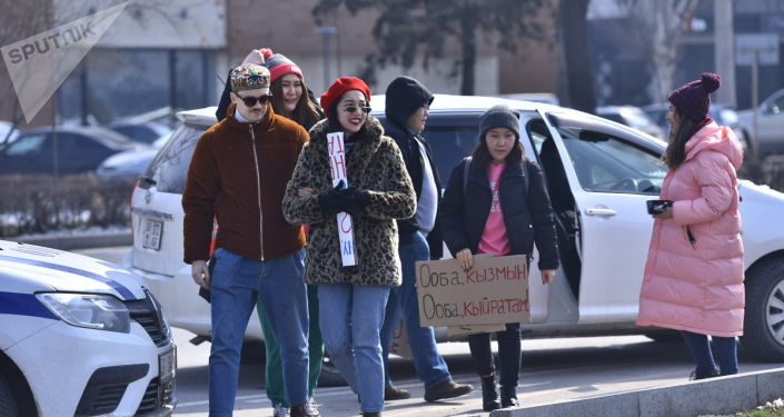 Участники марша феминисток на площади Победы в Бишкеке