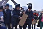 Милиция кызматкерлери Бишкектеги Жеңиш аянтында феминисттердин жүрүшүнүн катышуучуларын кармады. Архив