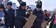 Сотрудники милиции задерживают участников марша феминисток на площади Победы в Бишкеке. 08 марта 2020 года