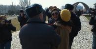Бишкекские феминистки не смогли провести марш. Сначала им пыталась помешать группа неизвестных, а затем их задержали милиционеры. Мы сняли произошедшее на видео.