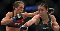 Чемпионка Вэйли Чжан из Китая и претендентка на титул Иоанна Енджейчик из Польши во время боя на UFC 248 в Лас-Вегасе