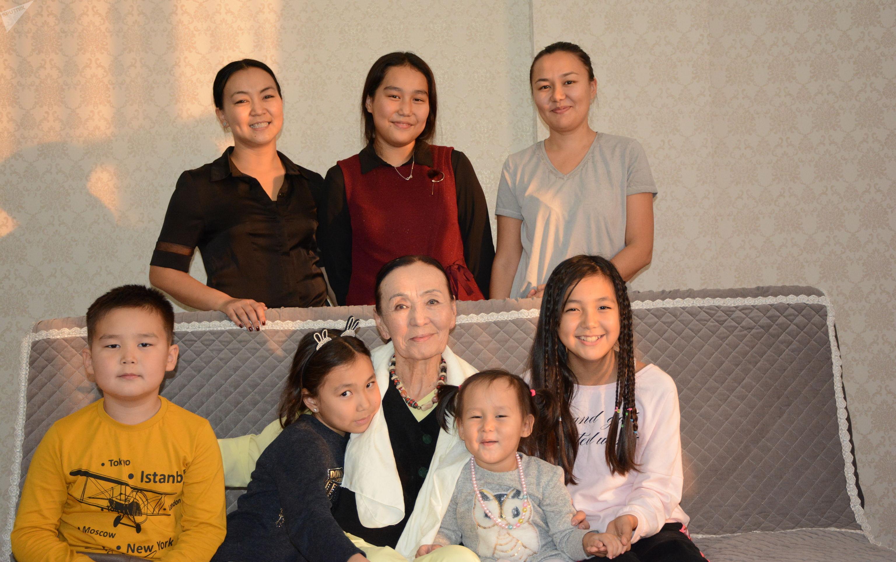 Актриса театра и кино, народная артистка КР Джамал Сейдакматова с дочерьми и внучками