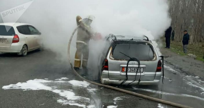 В селе Ырыс Сузакского района Джалал-Абадской области на ходу загорелся автомобиль Opel Vectra