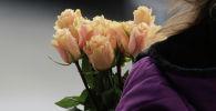 Девушка с букетом цветов. Архивное фото