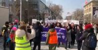 Активистки прошагали несколько кварталов, требуя криминализации домашнего насилия и принятия закона о запрете на сексуальные домогательства.
