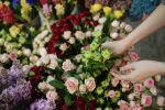 Флорист собирает букет. Архивное фото