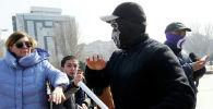 Неизвестные мужчины в масках нападают на участников марша феминисток на площади Победы в Бишкеке. 8 марта 2020 года