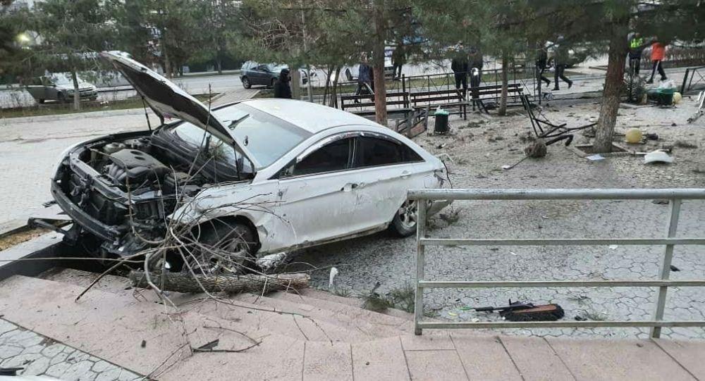 Борбор калаада автоунаа жолдон чыгып кетип, Юнусалиев көчөсүндө жайгашкан Сosmo Park соода-эс алуу борборунун кире беришиндеги тепкичти сүзгөн