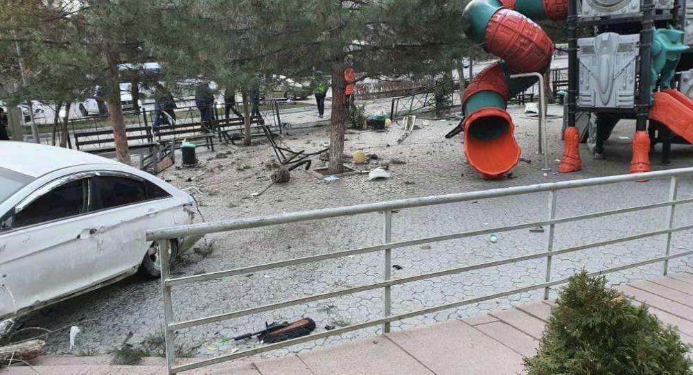 Бишкекте Юнусалиев көчөсүндө жайгашкан Сosmo Park соода-оюн-зоок борборунун кире беришиндеги жол кырсыгы