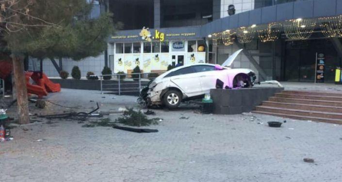 В Бишкеке автомобиль вылетел с трассы и врезался в ступени у входа в торгово-развлекательный центр Cosmo Park