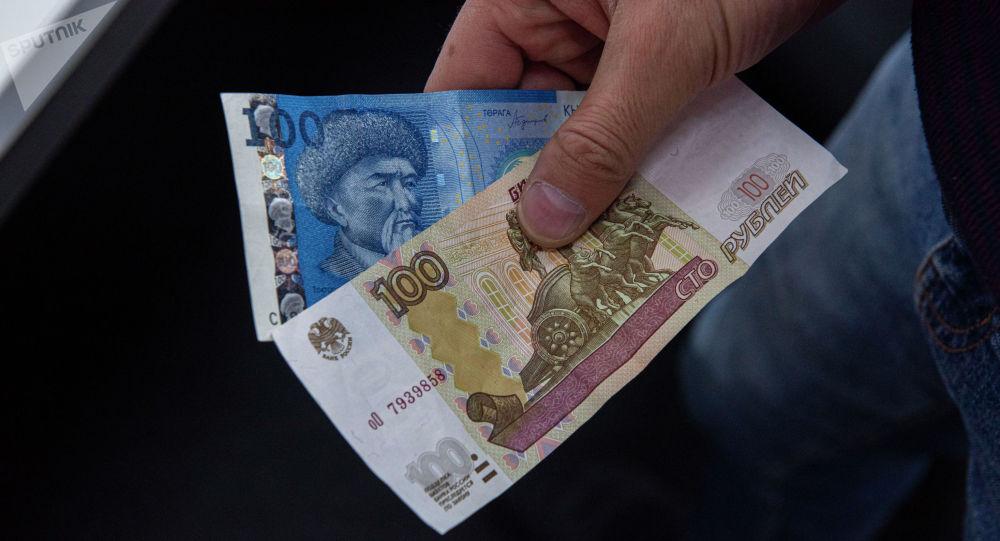 Рубль жана сом валюталары. Архивдик сүрөт
