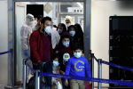 Наджаф аэропортунда жүргүнчүлөр медициналык маскачан чыгып бара жатат. Архив