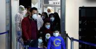 Пассажиры в защитных масках прибывают из Ирана после вспышки коронавируса в аэропорту. Архивное фото