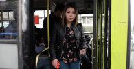 С 1 марта в столичном муниципальном транспорте в полную силу заработала система электронной оплаты Тулпар. Мы решили узнать, как теперь пассажиры платят за проезд.