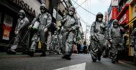 Түштүк Корея жокерлер коопсуздук кийимчен дезинфекция кылып жаткан убакытта. Сеул, 04 март 2020 жыл