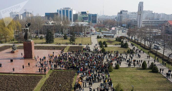 В центре Бишкека у памятника Уркуе Салиевой прошел митинг с участием нескольких сотен человек. На получасовой митинг пришли те, кого возмутили события, произошедшие в Бишкеке 8 марта.