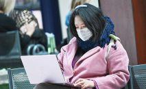 Девушка за ноутбуком. Архивное фото