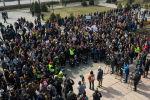 В Бишкеке у памятника Уркуе Салиевой прошел митинг, на который пришло несколько сотен человек. Собравшиеся — те, кого возмутила ситуация на пикете в столице 8 марта.