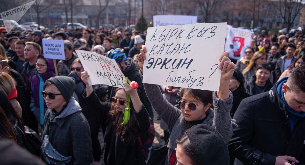Бишкектеги Аялдардын укуктары үчүн митинг өтүп жаткан убакытта. 10 март 2020 жыл