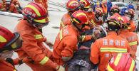 Мужчина был спасен из-под обломков разрушенной гостиницы в Цюаньчжоу. 8 марта 2020 года.