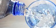 Стакан с бутилированной водой. Архивное фото