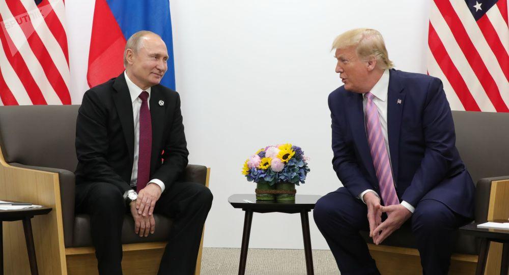 Президент РФ Владимир Путин и президент США Дональд Трампом. Архивное фото