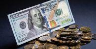Купюра американских долларов и российские монеты. Архивное фото