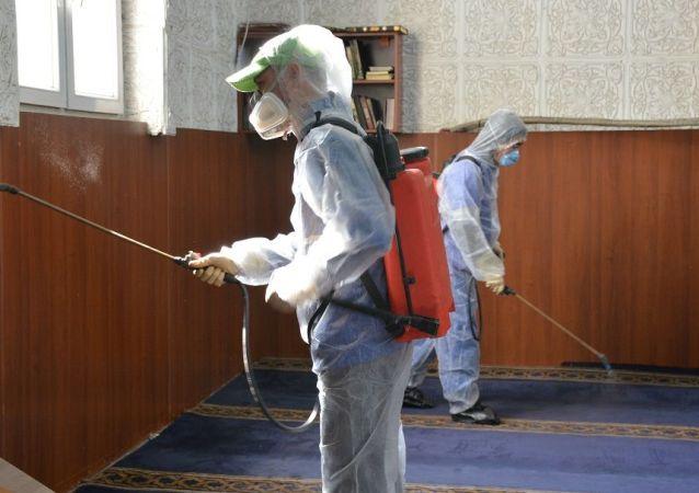 Сотрудники министерства здравоохранения во время дезинфекции мечетей в Бишкеке. Архивное фото