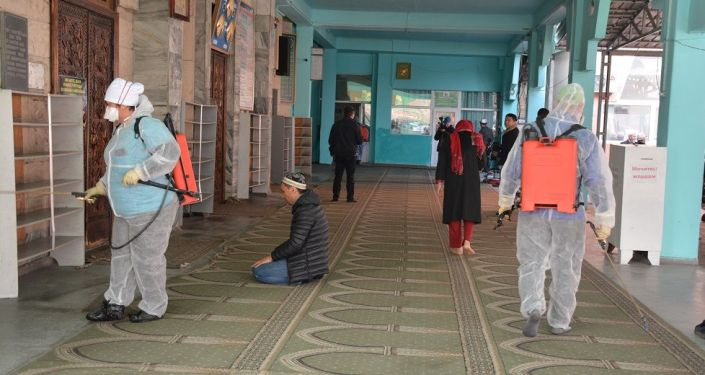 Сотрудники министерства здравоохранения во время дезинфекции мечетей в Бишкеке