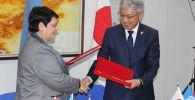 В посольстве Японии состоялось официальное подписание проектов, согласно которым правительство Страны восходящего солнца выделит Кыргызстану 8 миллионов долларов.