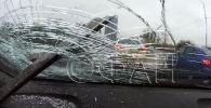 В Подмосковье от движущегося грузовика оторвалась рессора и влетела в лобовое стекло легкового автомобиля. Происшествие запечатлел видеорегистратор.