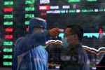 Работник в защитном костюме измеряет температуру тела человека внутри здания Шанхайской фондовой биржи, поскольку страна поражена новой вспышкой коронавируса в финансовом районе Пудун в Шанхае. Китай, 28 февраля 2020 года