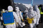 Алматынын аэропортунда коронавируска кабылган жүргүнчүнү тосуу машыгуулары. Архивдик сүрөт