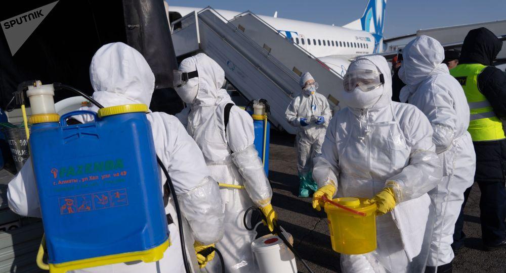 Учения спецслужб аэропорта по подготовке возможному прибытию инфицированных коронавирусом, в аэропорту Алматы.