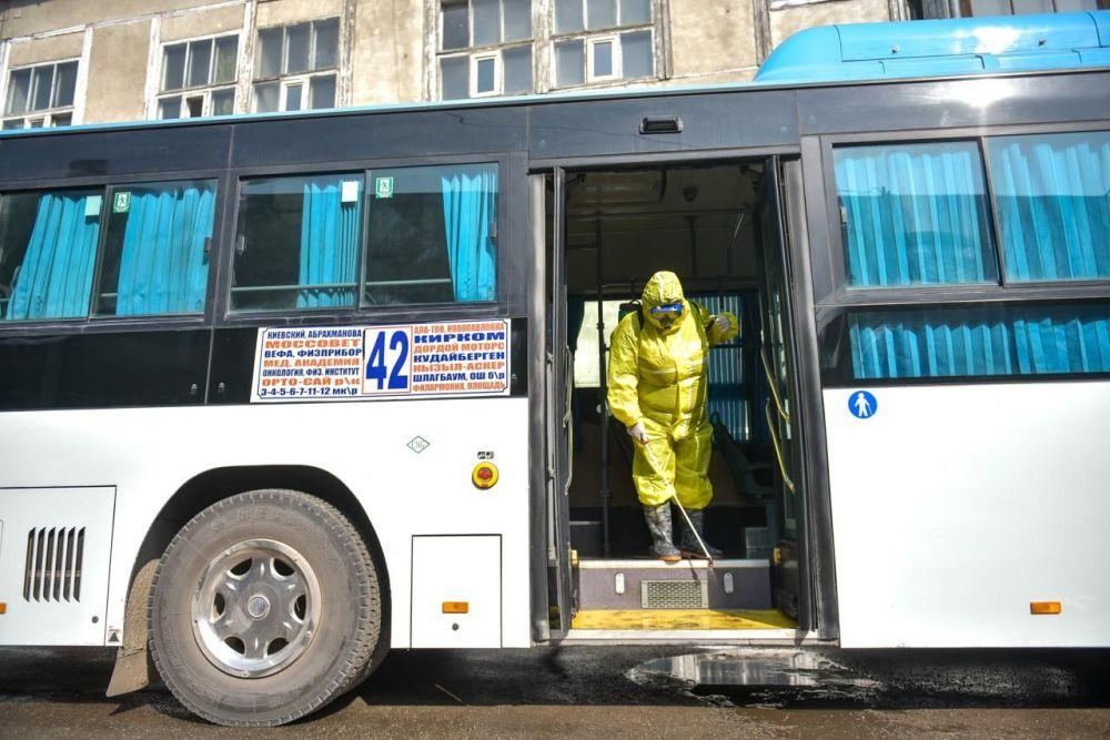 Сотрудники мэрии во время дезинфекции общественного транспорта в Бишкеке