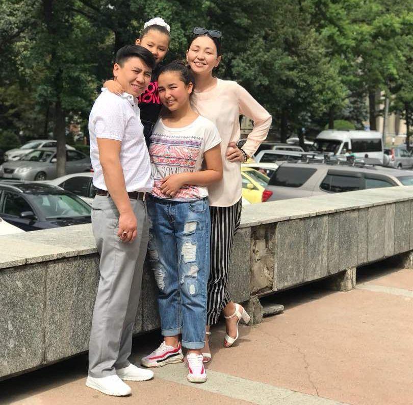 Актриса Альбина Имашева и актёр Арнис Кыдырмышев со своими детьми