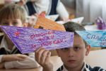 Школьники демонстрирует кораблики, сделанные в рамках акции ко дню победы в ВОВ. Архивное фото