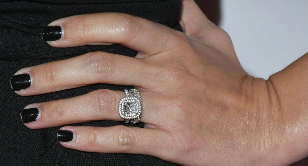 Кыздын колундагы бриллиант шакектер