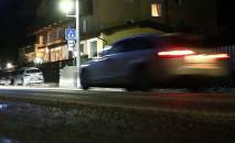 Автомобиль едет по трассе в ночное время. Архивное фото