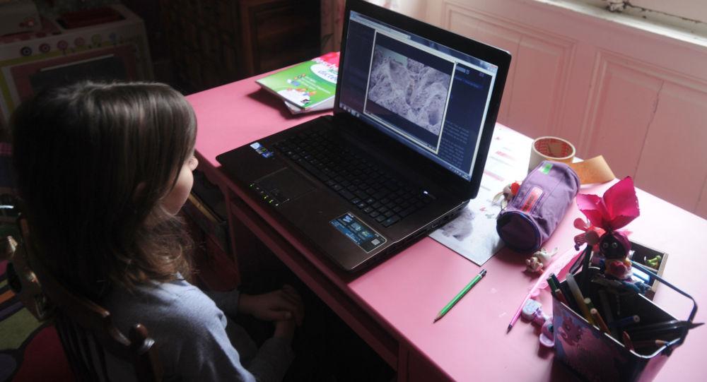 Девочка у ноутбука. Архивное фото