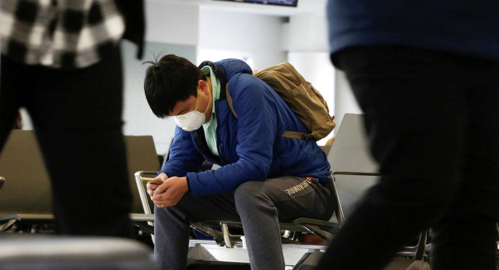 Пассажир в медицинской маске. Архивное фото