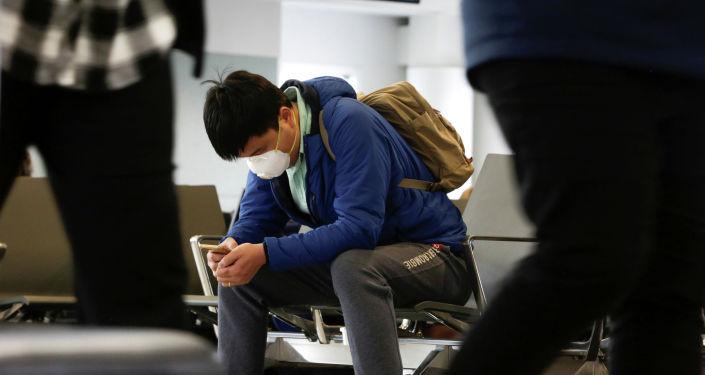 Пассажир в медицинской маске в аэропорту. Архивное фото