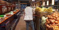 Бишкектеги супермаркеттердин биринде азык-түлүк товарларды сатуу. Архив