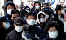 Люди стоят в очереди за медицинскими масками. Архивное фото