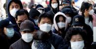 Люди стоят в очереди за медицинскими масками