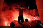 Футболисты ПСЖ отмечают победу со своими болельщиками в Париже. Франция