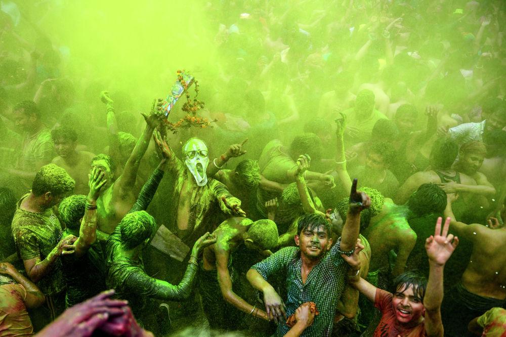 Фестиваль красок Холи в индийском городе Аллахабад.