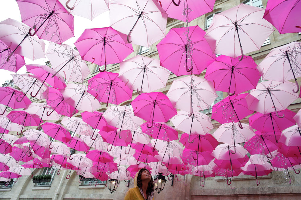Инсталляция португальской художницы Патрисии Кунья Umbrella Sky Project во Франции