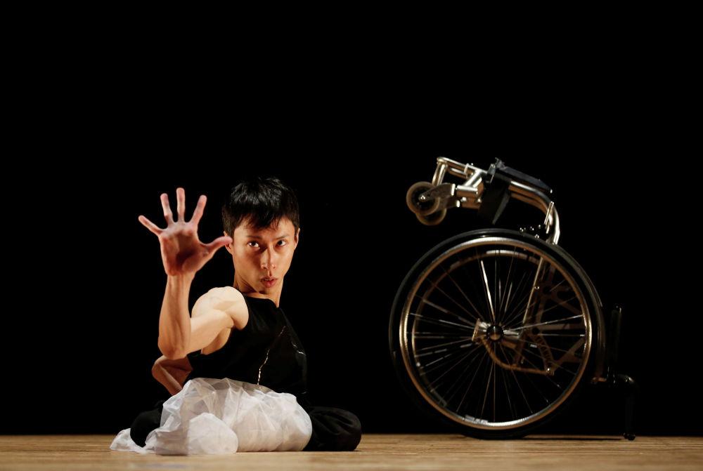 Танцевальное выступление 34-летнего Кенты Камбара в Токио, Япония
